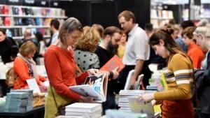 """Boekenbeurs gaat rust in met minder bezoekers, maar betere verkoopcijfers: """"Aanwezige auteurs worden beloond"""""""