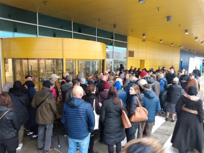 Shoppers verdringen zich aan IKEA voor exclusieve verkoop van collectie van bekende ontwerper Virgil Abloh