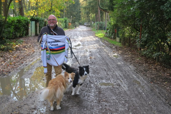"""Walter (67) vindt 'gestolen' vest en bril van Mathieu van der Poel: """"Hopelijk denkt hij niet dat we hier een stelletje dieven zijn"""""""
