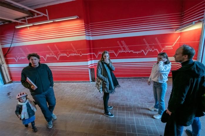 Libanees-Egyptische kunstenares maakt reusachtige muurschildering in kunstenhuis Fameus
