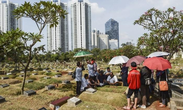 Begraafplaatsen in Jakarta overvol: lichamen worden ondergronds gestapeld