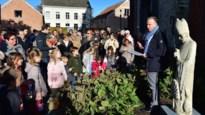 Beeld van Sint-Maarten schittert in parkje voor zijn kerk