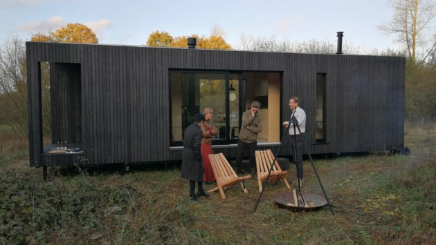 Reizigers overnachten in duurzame designcabine in midden van Merodenatuur