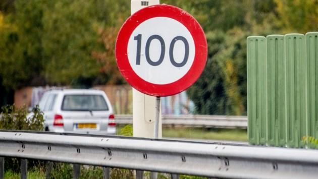 Nog maar 100 km/uur in Nederland: moeten wij dat ook doen?
