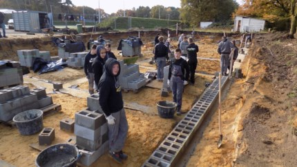 Sportclubs bouwen samen kleedkamers met hulp van leerlingen ruwbouw Sint-Jozef