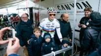 """Mathieu van der Poel trekt door Schildenaren terugbezorgd regenjack meteen aan: """"En wij krijgen straks een nieuw truitje"""""""