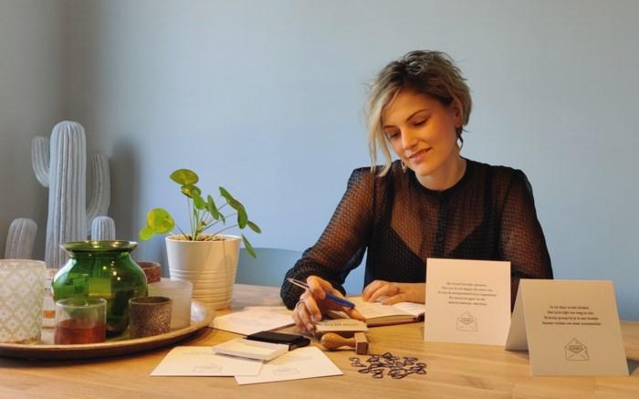 Sanne (26) schrijft kaartjes om de juiste woorden te vinden bij verdriet