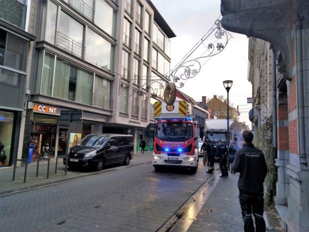 Kerstverlichting legt verkeer in Patersstraat lam