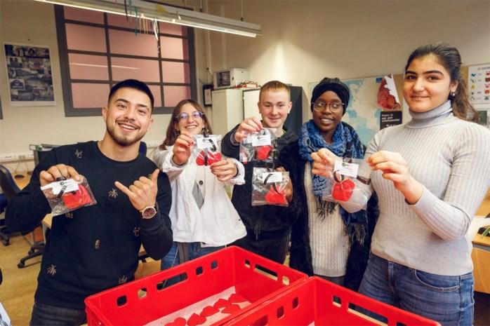 Leerlingen verkopen Stasshartjes voor Rode Neuzendag