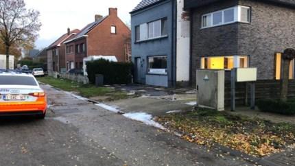 Auto volledig uitgebrand in Dokter Van de Perrestraat: vermoedelijk aangestoken