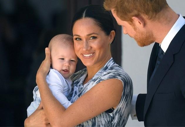 Prins Harry, Meghan Markle en baby Archie passen voor Kerstmis bij de Queen