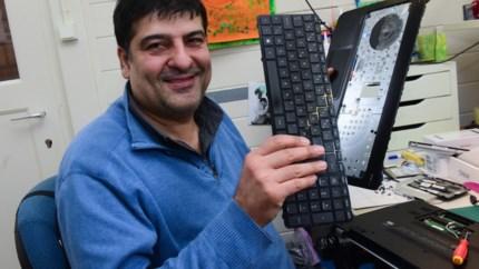 """Mehrdad (47) vluchtte naar België en runt nu succesvolle computerzaak in Arendonk: """"We zijn gelukkig hier, want vrijheid is een basisrecht"""""""