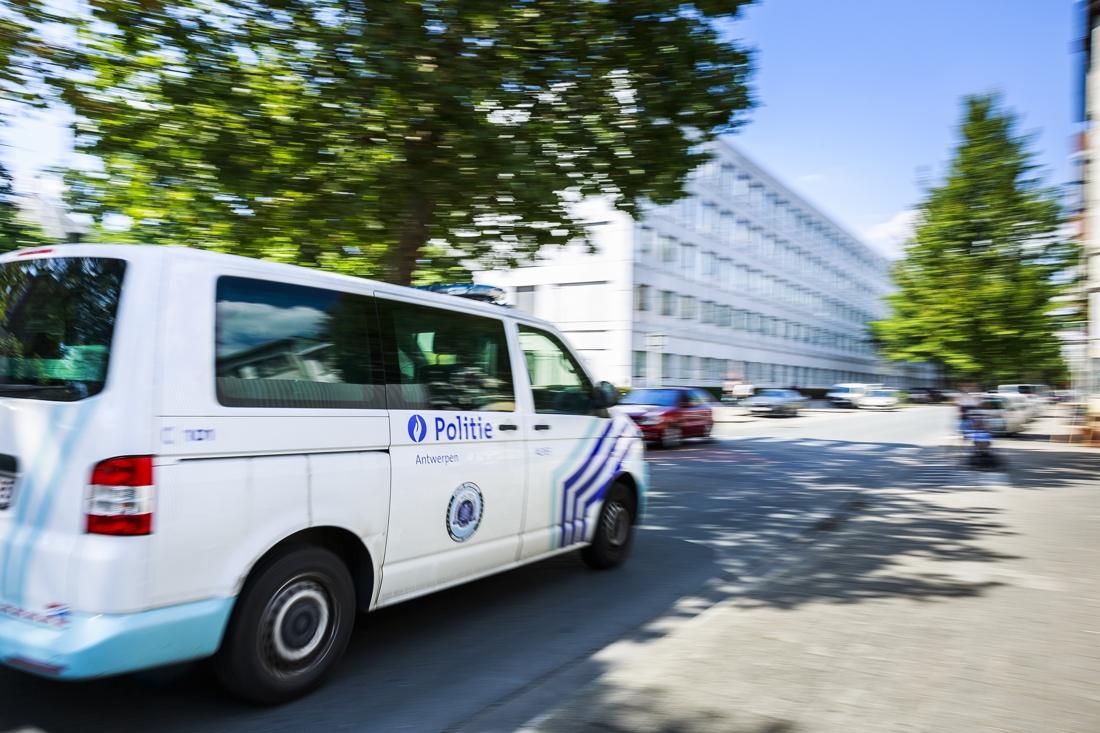 Beboete chauffeur achtervolgt politie en slaat raam combi aan diggelen - Gazet van Antwerpen