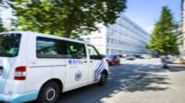 Beboete chauffeur achtervolgt politie en slaat raam combi aan diggelen