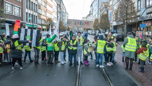 Leerlingen blokkeren even Turnhoutsebaan en eisen veilige oversteekplaats