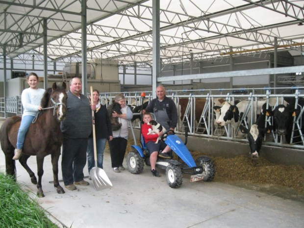 """Jong landbouwersgezin bouwt nieuwe koeienstal maar vreest aanleg expresweg: """"Geplande weg snijdt ons bedrijf doormidden"""""""