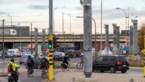 Palen van voetgangersbrug aan Sportpaleis rijzen uit de grond
