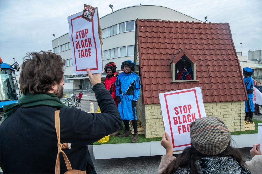 Protestactie tegen Zwarte Pieten bij intrede van Sinterklaas op luchthaven - Gazet van Antwerpen