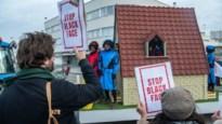 Protestactie tegen Zwarte Pieten bij intrede van Sinterklaas op luchthaven