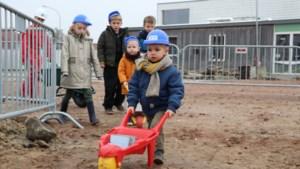 Kinderen basisschool Trapop brengen zelf eerste steen naar 'school van de toekomst'