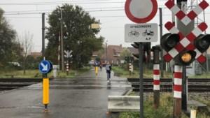Overweg Nieuwendijk volledig dicht voor auto's en vrachtwagens