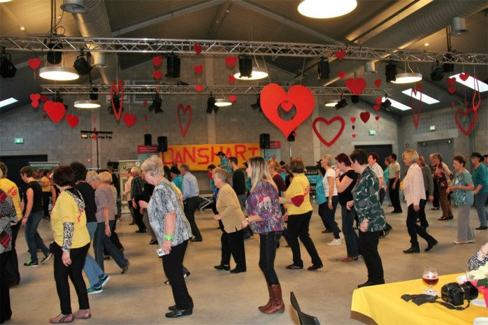Kinderen en senioren dansen samen op Danshart