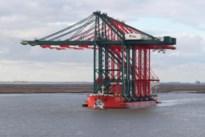 Spectaculair: grootste containerkranen in Antwerpse haven komen aan per schip vanuit China