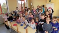 Femma leert jongens en meisjes van De Omnibus breien