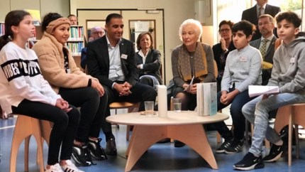 Koningin Paola leest voor aan kinderen in bibliotheek van Berchem