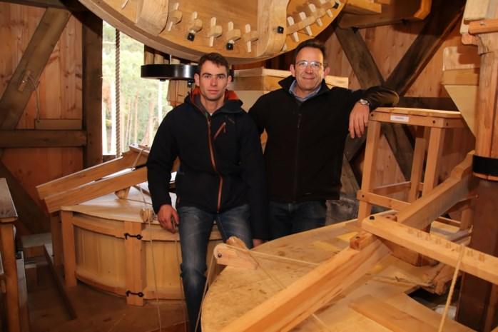 Vader en zoon aan de slag als molenaars in de Beddermolen