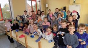 Vrijwillige breiklasjes overweldigend succes op school De Omnibus, ook jongens zijn enthousiast