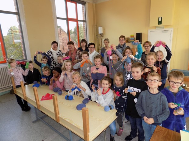 Vrijwillige breiklasjes overweldigend succes op vrije basisschool De Omnibus, ook jongens zijn enthousiast