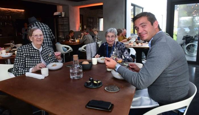 """Bewoners van woon-zorgcentrum smullen van haute cuisine: """"De naam van de vis vergeten ze, maar de smaak niet"""""""