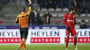 """Tv-kijker kan ref live horen overleggen met VAR tijdens Antwerp-Gent: """"<I>For me it's not red card, it's yellow card</I>"""""""