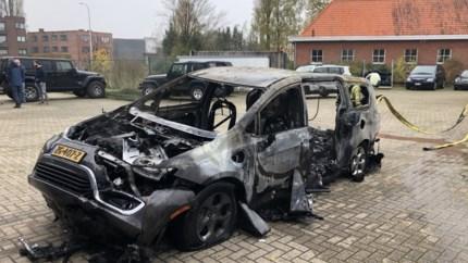 Jeep-werkplaats in de as, brandweer laat hybride wagen extra afkoelen