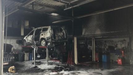 Drie auto's gaan in vlammen op bij brand in Jeep-garage