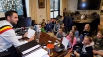 Burgemeester leest verhaal voor aan zesdejaars