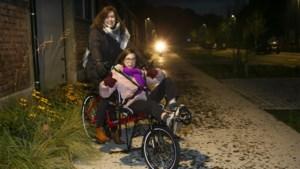 Crowdfunding voor meisje met beperking groot succes: Nanou (12) kan met nieuwe ligfiets druk verkeer de baas