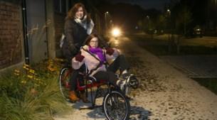 Crowdfunding groot succes: Nanou (12) kan met nieuwe ligfiets druk verkeer de baas