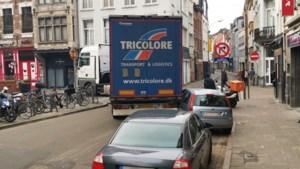 Vrachtwagen rijdt zich vast op Paardenmarkt: voertuig getakeld