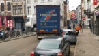 Vrachtwagen rijdt zich vast op Paardenmarkt