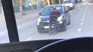 Absurd: man gefilmd die op rijdende wagen ligt te telefoneren in Borgerhout