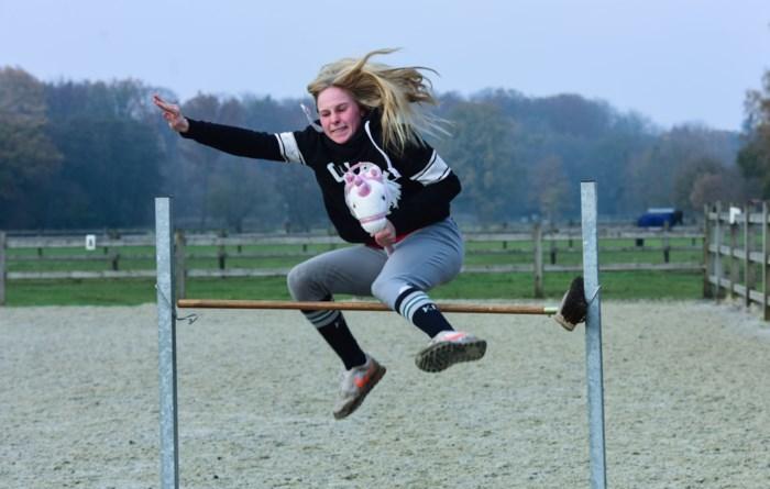 Stokpaardrijden populair bij tieners: Axelle (18) springt even hoog als haar échte paard
