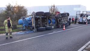 Betonmixer van 44 ton kantelt, bestuurder raakt lichtgewond