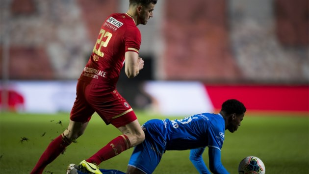 AA Gent-speler scoort opmerkelijke goal tegen Antwerp: tegen de grond gaan, penalty claimen… en dan snel opstaan en scoren