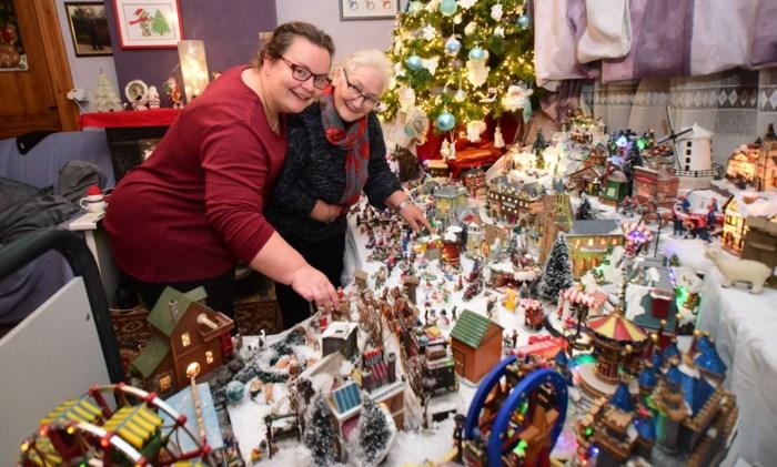 Moeder en dochter veranderen woonkamer in heus kerstdorp