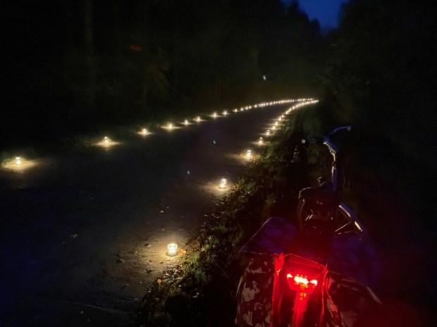 Honderden theelichtjes als ludiek protest tegen donkere fietswegen