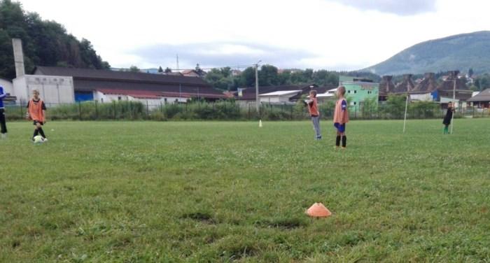 Schrijver en hoofdpersonage trekken naar Bosnië om jeugdvoetballers te steunen