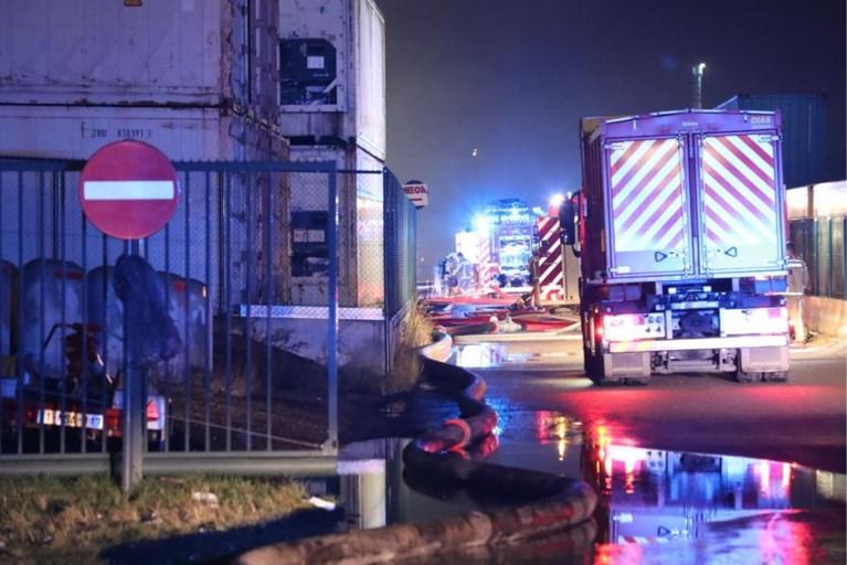 Zware brand bij loods in aanbouw in Waaslandhaven: brandweer massaal ter plaatse