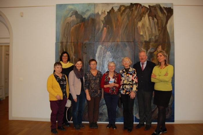 Kunstenares wordt 80: Leona schenkt schilderij aan gemeente en laat nog 80 andere werken veilen voor goede doelen